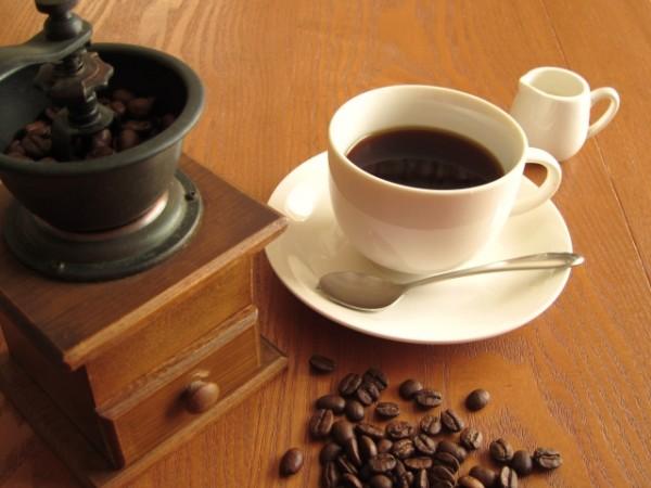 コーヒーミルと豆とコーヒー