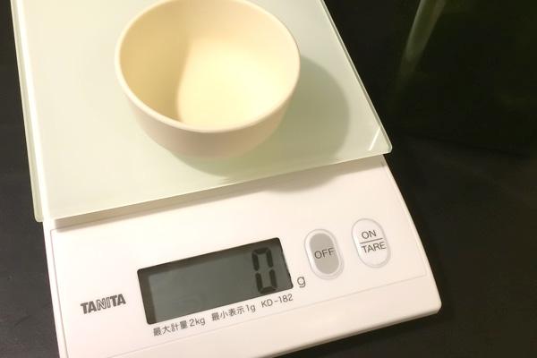タニタのキッチンスケールと無印のシリコン皿