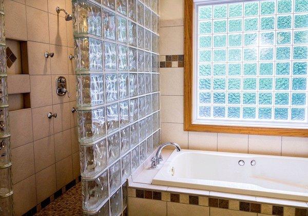 在来工法のタイル張りの風呂