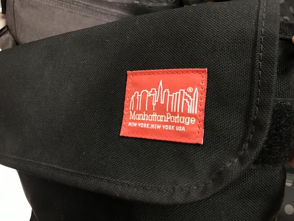 マンハッタンポーテージの赤いロゴ