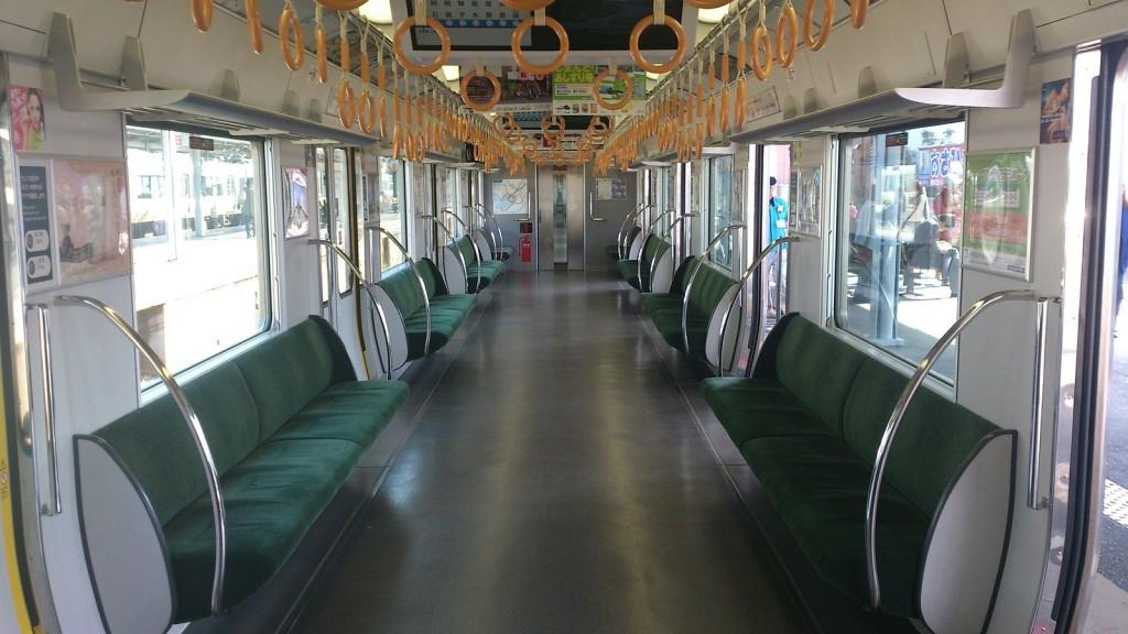 通勤電車のロングシート